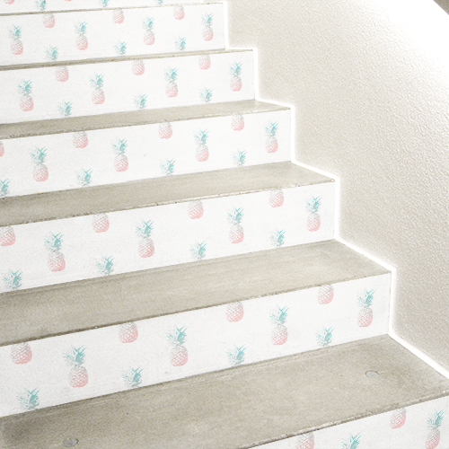 Escalier en béton blanc orné de stickers autocollants représentant des ananas