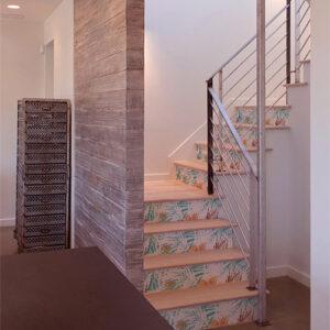 Escalier moderne en bois décoré avec des stickers autocollants fougères blanches sur les contremarches