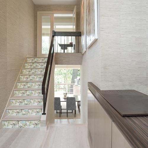Escaliers en béton ornés de stickers autocollants représentant des fougères blanches sur fond coloré