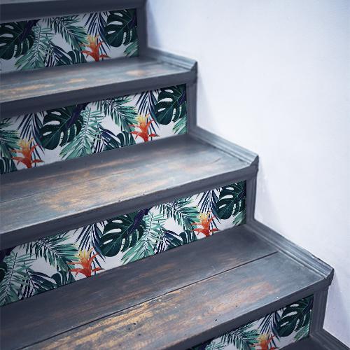 Sticker déco fougères multicolores collés sur des contremarches en bois noir