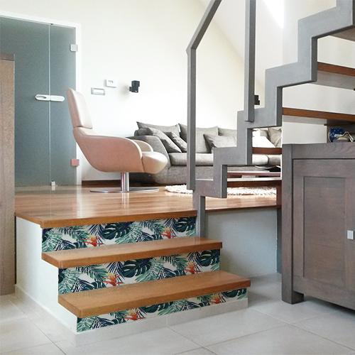 Maison moderne avec des escaliers en bois ornés de plusieurs stickers pour contremarches représentant des fougères de toutes les couleurs