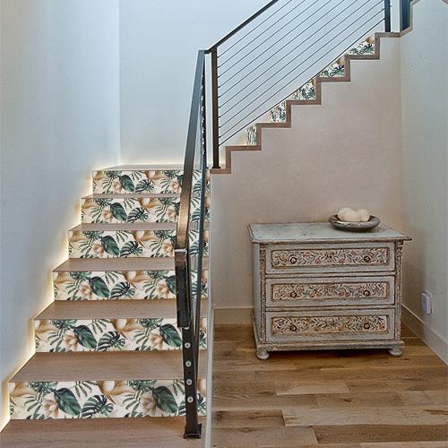 Escaliers en bois avec des stickers représentant des plantes tropicales collés sur les contremarches