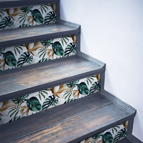Fougères vertes et blanches collées sur des escaliers noirs en bois