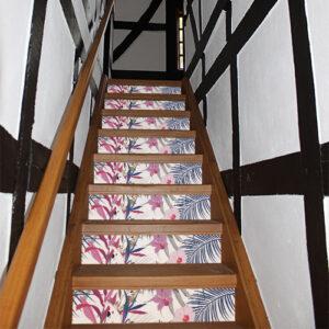 Escalier en bois classique décoré avec des autocollants représentant la faune et la flore tropicale