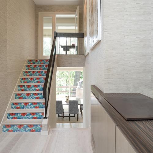 Maison moderne dont les escaliers sont décorés par des stickers adhésifs représentant des coquelicots rouges