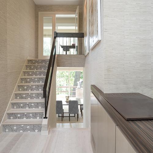 Maison moderne avec des stickers autocollants ronds blancs et noirs pour décorer ses contremarches