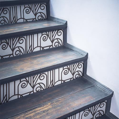 Escalier en bois noir avec des stickers autocollants imitant des vitraux collés sur les contremarches