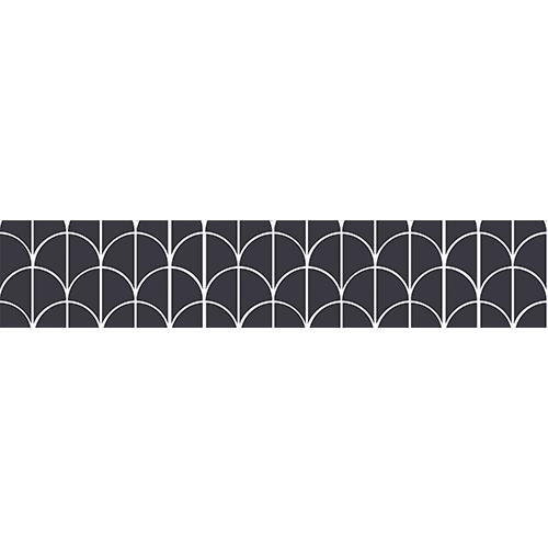 Escalier en bois noir avec des stickers noirs et blancs collés sur les contremarches