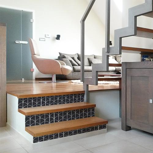 Escalier moderne en bois décoré avec des stickers autocollant noirs et blancs sur le thème de l'Asie