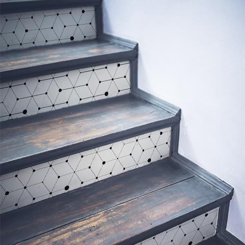 Stickers décoratifs motifs géométriques noirs sur fond blanc collés sur des contremarches d'escalier en bois noir