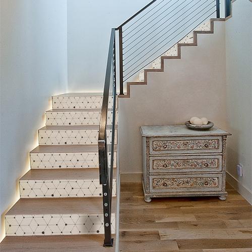 Escalier classique en bois décoré avec des stickers autocollants blancs représentant des formes géométriques