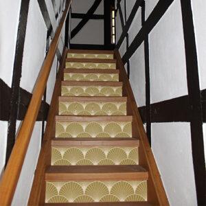 Maison traditionnelle en bois avec des escaliers décorés par des stickers représentant des éventails dorés