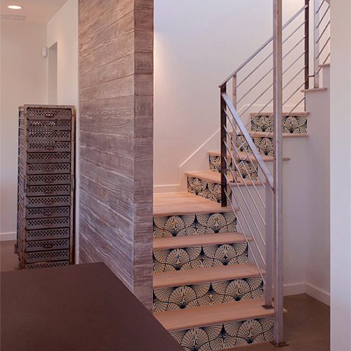 Maison luxueuse dont les escaliers sont décorés par des stickers adhésifs représentant des éventails noirs et blancs