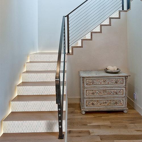 Escaliers modernes décorés par des autocollants décoratifs ruche en 3D