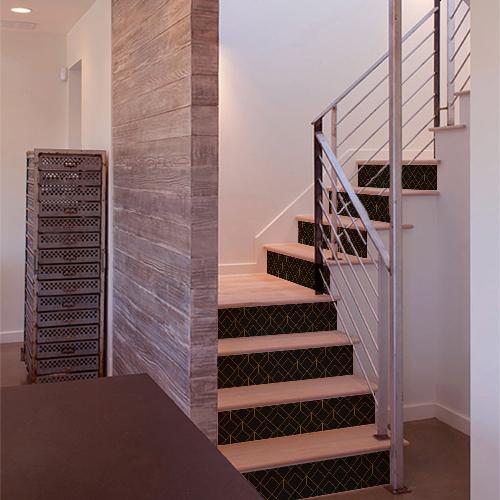 Escalier en bois moderne décoré par des stickers trompe l'oeil noirs et or en 3D