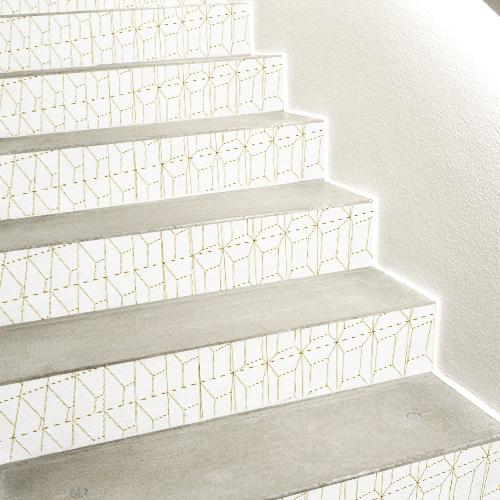 Stickers 3D en trompe l'oeil blancs et or décorant des contremarches d'escaliers en béton