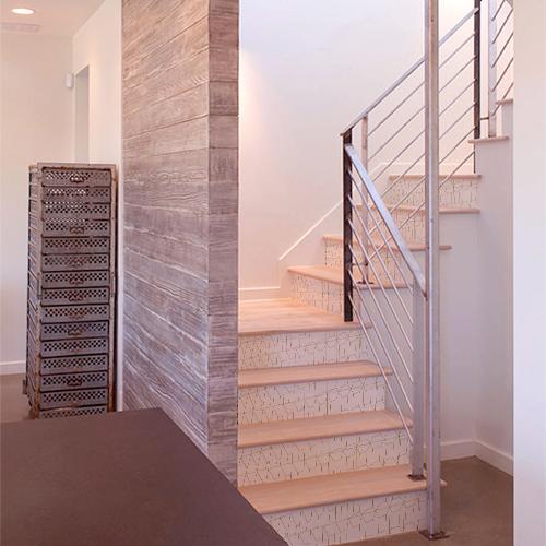 Maison avec des escaliers en bois décorés par des stickers autocollants en 3D représentant des lingos