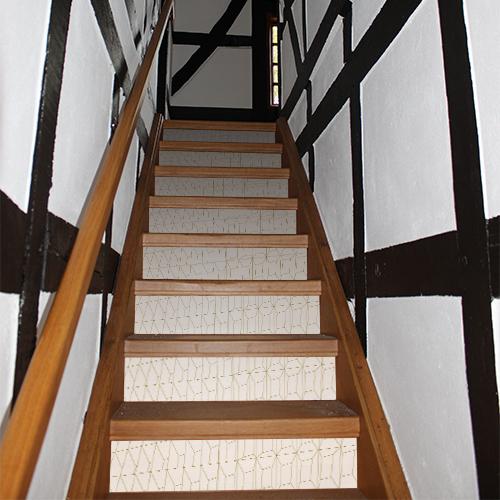 Stickers autocollants blanc et or en trompe l'oeil 3D collés sur les escaliers en bois d'une maison traditionnelle