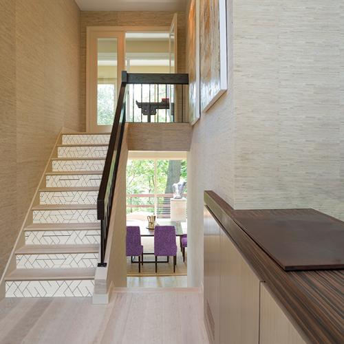 Maison moderne dont les contremarches sont mises en valeurs par des autocollants formes géométriques blanches et noirs