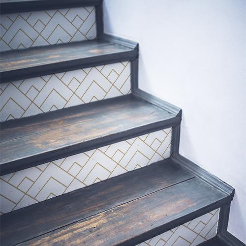 Stickers pyramides dorées collés sur des escaliers classiques en bois