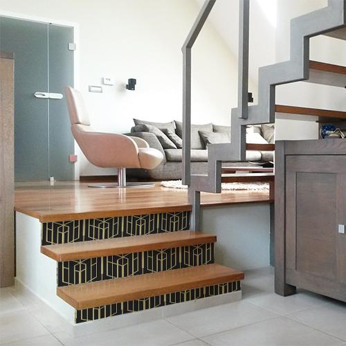 Aperçu d'une maison moderne dont les escaliers sont décorés avec des stickers autocollants représentant des formes noires et or