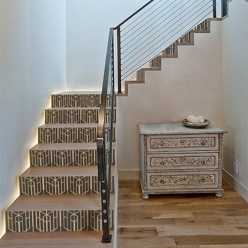 Escaliers modernes décorés avec des autocollants décoratifs pour contremarches dorés et noirs
