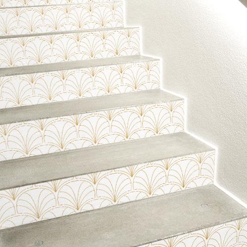 Escalier en béton blanc dont les contremarches sont ornés de stickers blancs et or représentant des éventails asiatiques