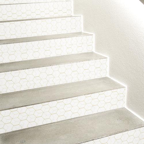 Stickers adhésifs en 3D motif hexagonales or et blanc collés sur des escaliers en béton blanc