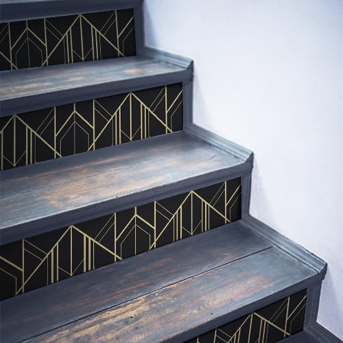 Formes géométriques autocollantes collées sur des escaliers traditionnels en bois
