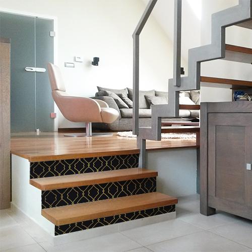Escalier original décoré avec plusieurs stickers autocollants motif classique or sur fond noir