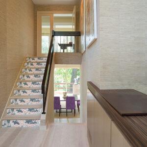 Escalier classique décoré avec des stickers autocollants plantes asiatiques bleu blanches rouges