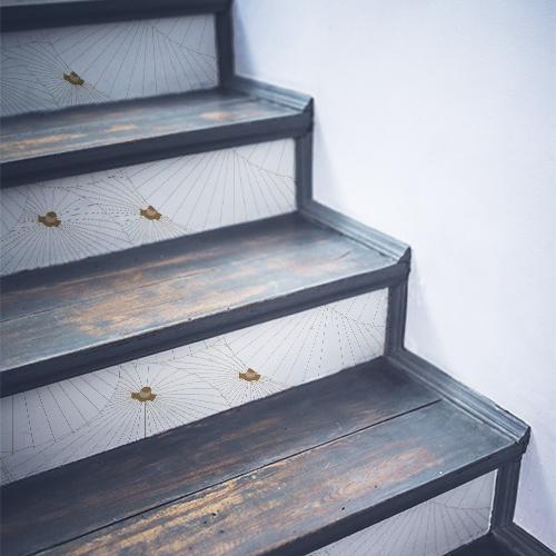 Escaliers noirs en bois mis en valeur par des stickers déco motif ombrelles asiatiques blanches et or