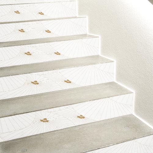 Escaliers en béton blanc décorés avec des autocollants blancs et or représentant des ombrelles chinoises