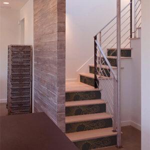 Escalier classe dont les contremarches sont décorés par des stickers gris et or soleil caché par les nuages