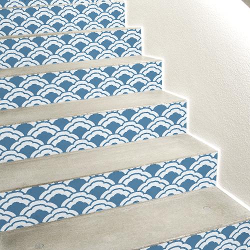 Stickers décoratifs adhésifs représentant des écailles de poissons bleus collés sur des escaliers bleus