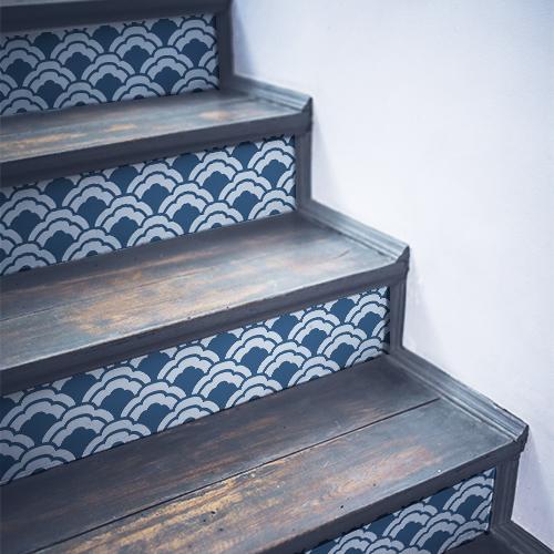 Stickers décoratifs écailles de poissons bleus collés sur des contremarches traditionnelles en bois