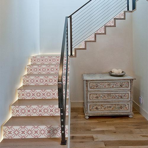 Petits escaliers en bois avec des stickers autocollants décoratifs imitation céramiques collés sur les marches