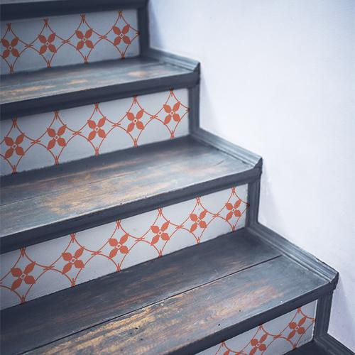 Escalier en bois noir décoré avec des stickers autocollants imitation céramique blanche et orange