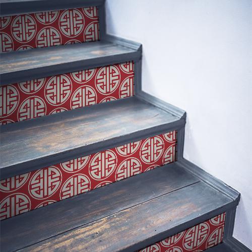 Escalier traditionnel en bois décoré avec des stickers représentant des motifs asiatiques blancs et rouges