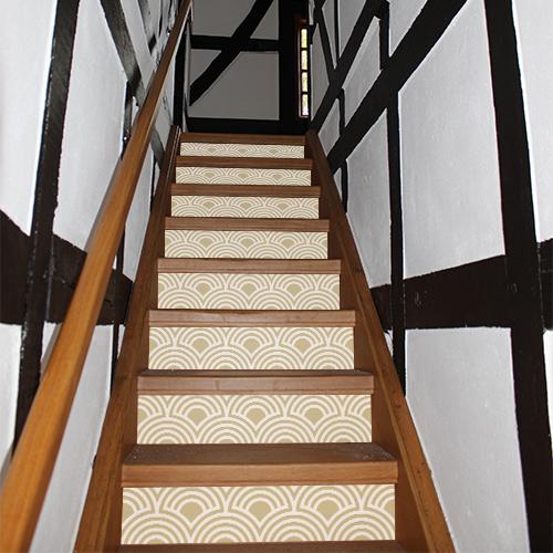 Stickers autocollants décoratifs beiges motif écailles collés sur les escaliers d'une maison traditionnelle