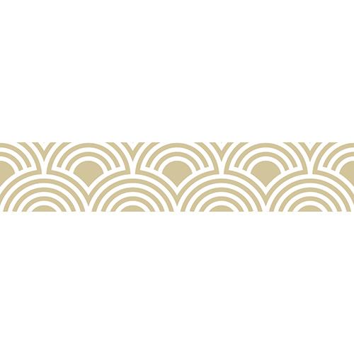 Eventails dorés asiatiques collés sur un escalier en béton blanc