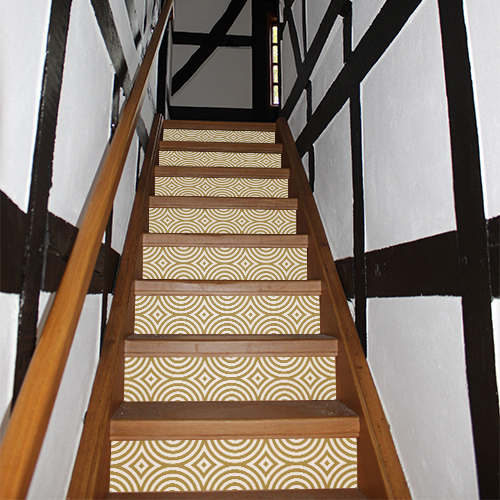 Maison tradtionnelle en bois avec des stickers blancs et or collés sur les marches des escaliers