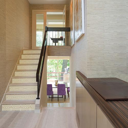 Escaliers modernes décorés par des stickers autocollants modèle Kaléïdoscop blanc et or