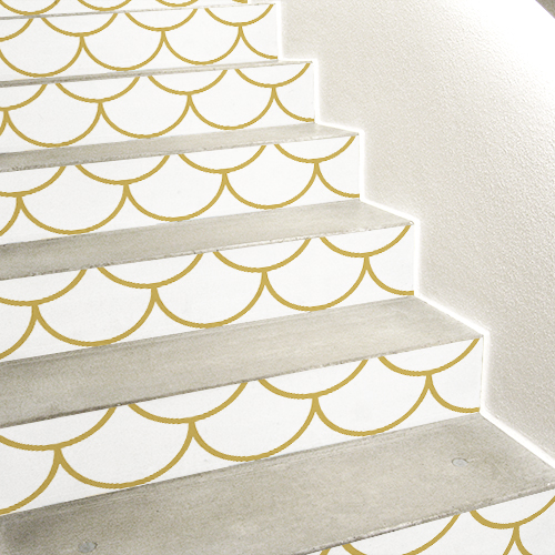 Sticker déco modèles écailles blanches et doré collés sur des contremarches en béton