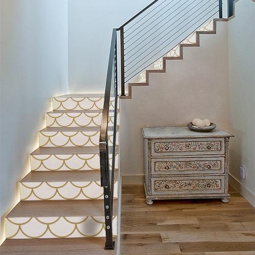 Escaliers traditionnels décoré avec des stickers autocollants motif écailles couleur blanc et or