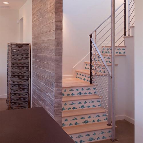 Maison moderne et élégante dont les escaliers sont ornés de stickers autocollants nuages bleus sur fond blanc