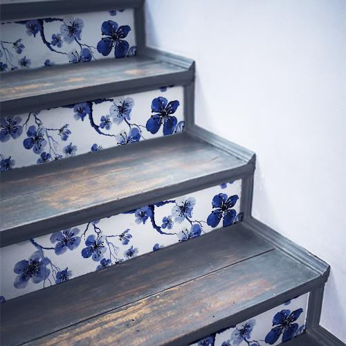 Stickers autocollants fleurs de cerisiers bleus collées sur des contremarches en bois noir