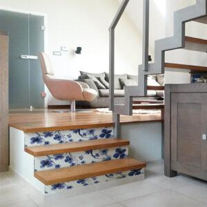 Maison moderne avec des escaliers ornés de stickers autocollants fleurs de cerisier bleues