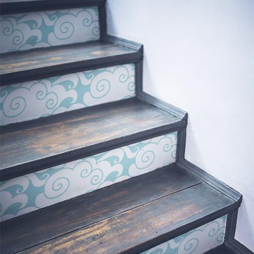Stickers décoratifs nuages blancs sur fond bleu ciel collés sur des escaliers traditionnels