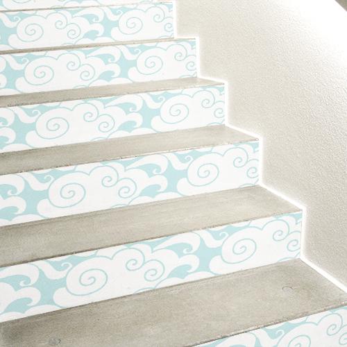 Escalier en béton décoré avec des stickers autocollants nuages blancs sur bleu